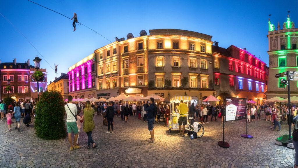Rynek Miasta Lublin - sztukmistrze nalinach rozwieszonych między budynkami
